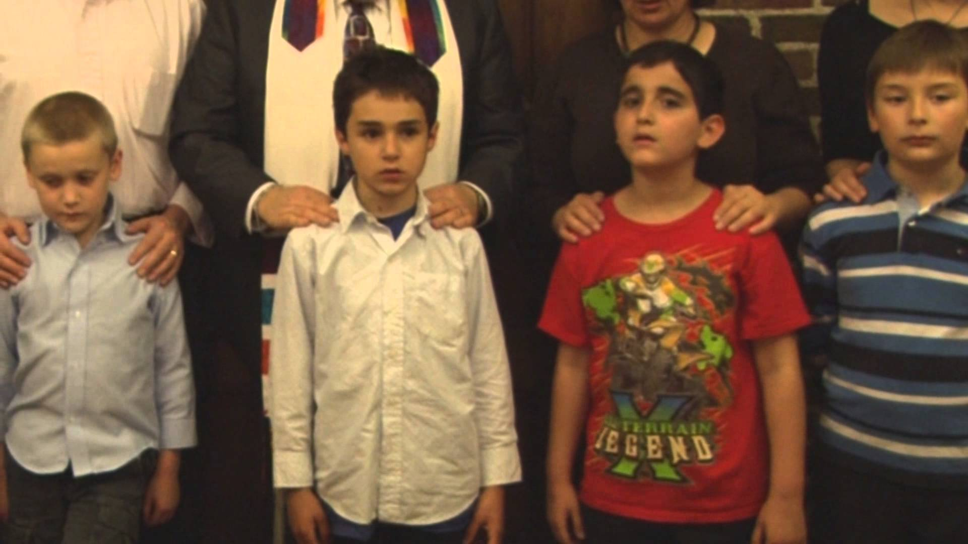 Rabbi Teaches Congregants the Blessing Over the Children