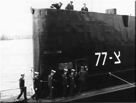 תעוד מסדר היציאה של צוות הצוללת דקר בנמל פורטסמות, אנגליה 9 בינואר 1968.