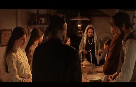 הדלקת נרות שבת וברכת הבנות מתוך הסרט 'כנר על הגג'