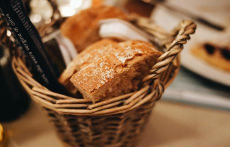 טעם המנהג להניח הלחם על השולחן במהלך סעודת השבת